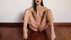 Italian Amateur with Long Feet and Toes Gets her Pussy really Wet and Moans