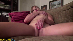 American mature pleasures herself on the bed