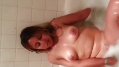 girlfriend masturbates in the tub