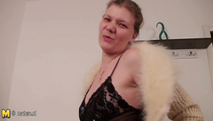 Mature slut mom with hungry old cunt