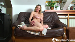 Amateur webcam babe spreads her legs and masturbates